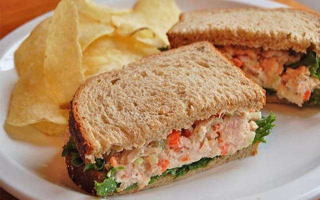 แซนด์วิชกะเพราอกไก่ไข่ดาว อาหารคลีน อาการเพื่อสุขภาพ ควบคุมอาหาร ลดน้ำหนัก อาหารมีประโยชน์ ร่างกานแข็งแรง